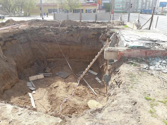 Житель Уральска упал в огромную яму (видео)