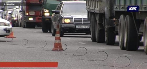 Десять машин оказались в огненном кольце из-за обрыва троллейбусных линий в Алматы