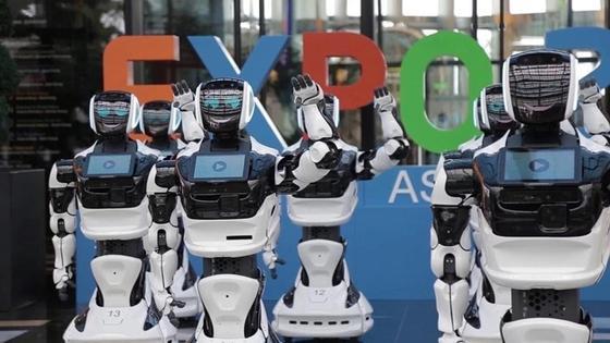 Мужчина поругался с роботом из-за незнания казахского языка в Астане (видео)