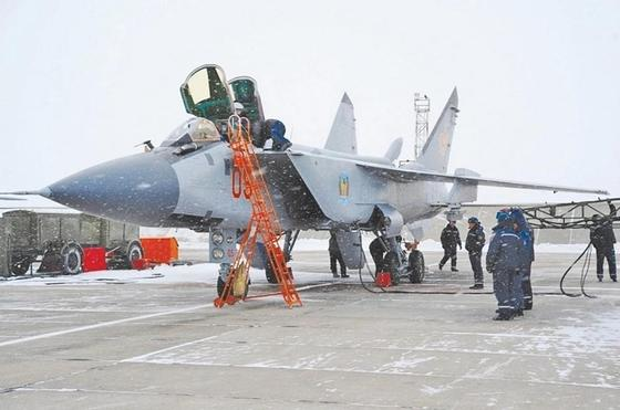 Военные летчики выполняют полеты в сложных метеорологических условиях
