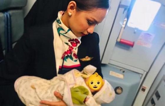 Стюардесса накормила грудью чужого ребенка (фото)