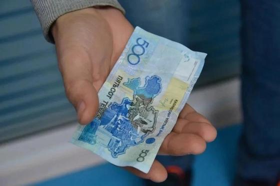 Подсунула в карман: налоговику дали премию после жалобы на астанчанку