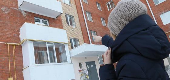 Девушка полезла по трубе в запертую квартиру и сорвалась в Костанае