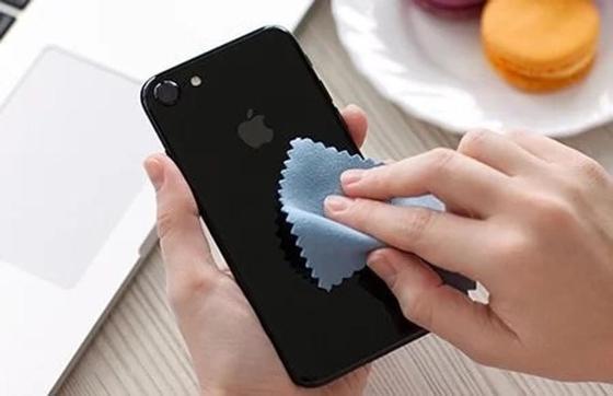 протирка объектива смартфона перед съемкой