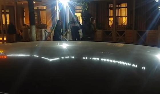 Алматинский пранкер пристает к прохожим и отбирает у них вещи (видео)