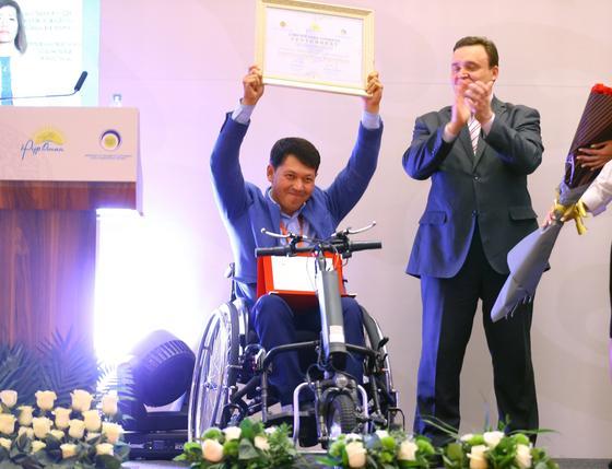 Бесплатные обеды для пенсионеров: победительница конкурса лучших соцпроектов получила 3 млн. тенге