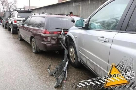 Таксист «собрал в кучу» три автомобиля в Алматы