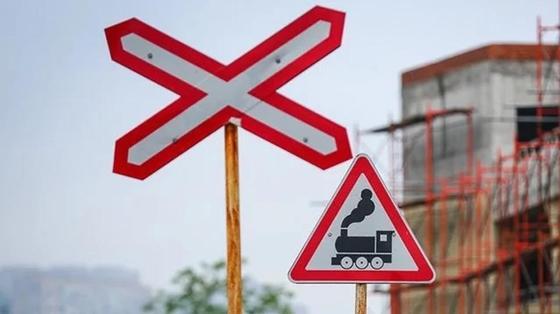 Автомобиль влетел под поезд в Уральске