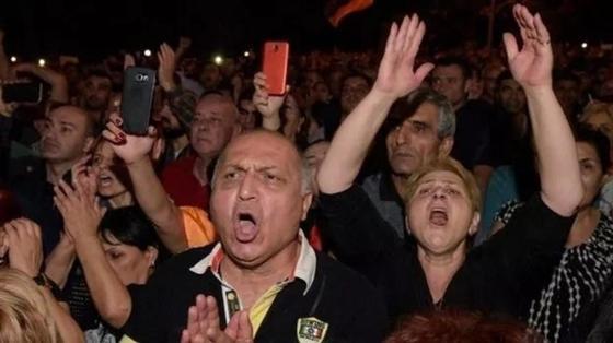 Армения: толпа сторонников Пашиняна окружила парламент. Они требуют досрочных выборов
