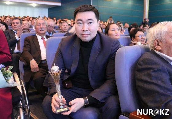 Аким Астаны вручил кубок Танирбергену Бердонгарову, как главному критику (фото)