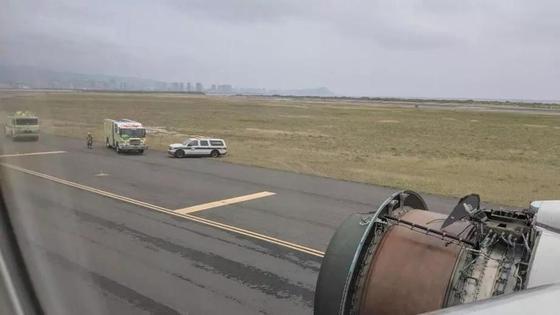 Пассажиры запечатлели, как развалился двигатель их самолета
