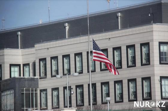 В посольстве США в Астане объяснили, почему приспущен флаг у здания (фото)