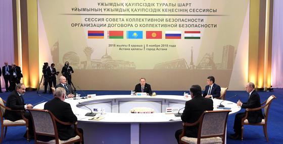 Путин обнял Назарбаева на открытии саммита ОДКБ в Астане (фото)