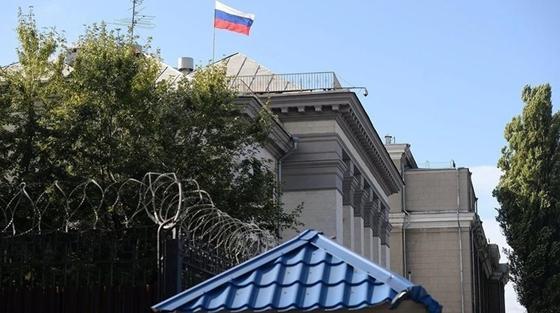 Машины российских дипломатов облили нечистотами в Киеве