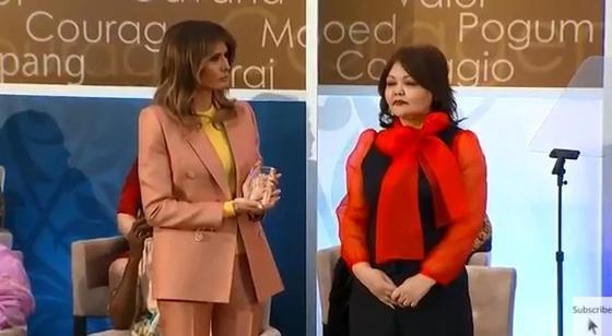 Қазақ адвокаты Меланья Трамптың қолынан марапат алды (фото, видео)