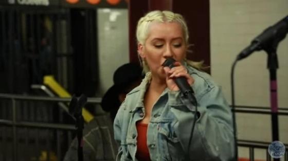 Кристина Агилера и Джимми Фэллон спели песню в метро Нью-Йорка: их никто не узнал