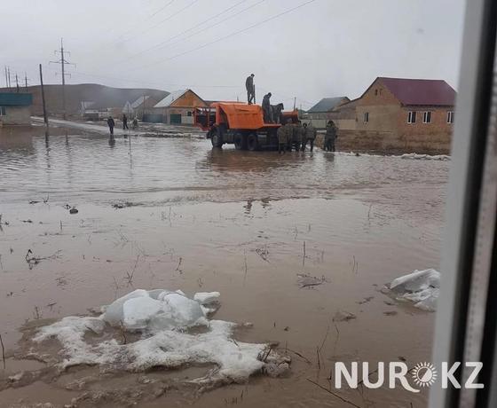 Резиновые лодки и реки по дорогам: как топит Казахстан (фото, видео)