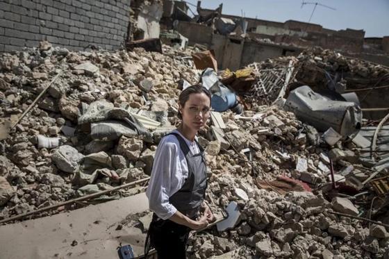 """Джоли посетила мечеть, где главарь ИГИЛ провозгласил """"всемирный халифат"""""""
