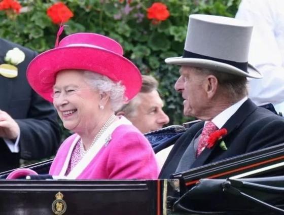 Королева Елизавета II удивила всех, посетив модный показ в Лондоне