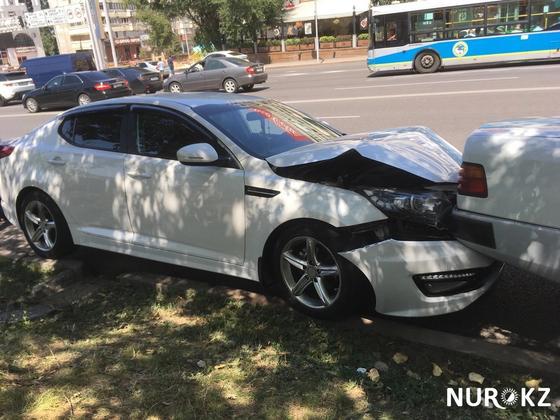 8 машин протаранила фура из-за уснувшего водителя в центре Алматы (фото, видео)