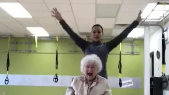Хохочущая 93-летняя любительница фитнеса очаровала Сеть