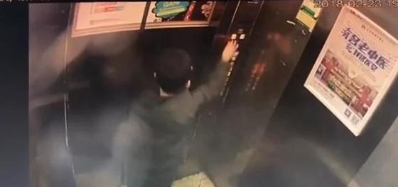 Китайский мальчик остановил лифт струей мочи (видео)