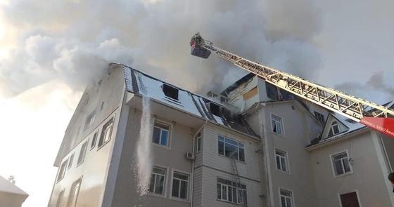 Одного человека спасли и 20 эвакуировали с горящего здания в Алматы