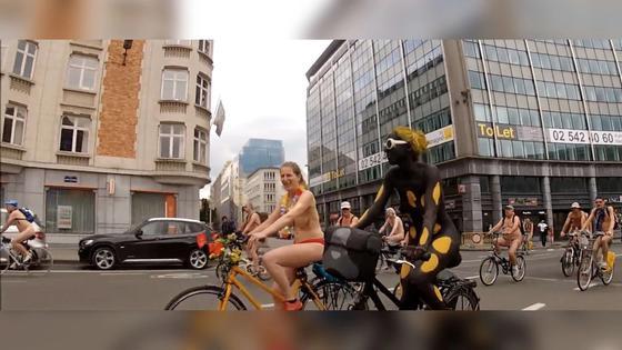 Сотни велосипедистов проехались голышом в Брюсселе