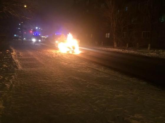 В Астане гвардейцы вынесли ребенка из горящей машины