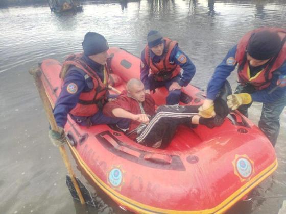 Двое пьяных мужчин застряли в реке на тракторе в Восточном Казахстане