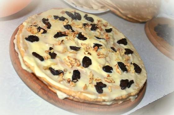 Торт медовый со сметанным кремом и черносливом