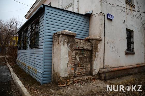 Ободранная штукатурка: как живут в престижном районе Караганды