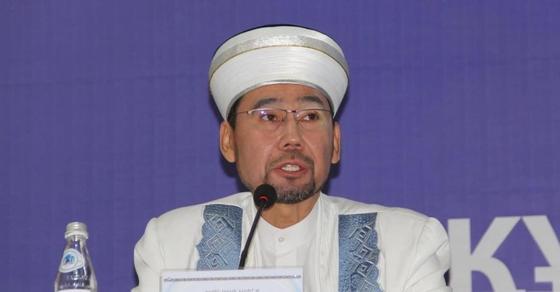 Верховный муфтий Казахстана прибыл в Актобе, чтобы решить споры о ношении школьницами платков