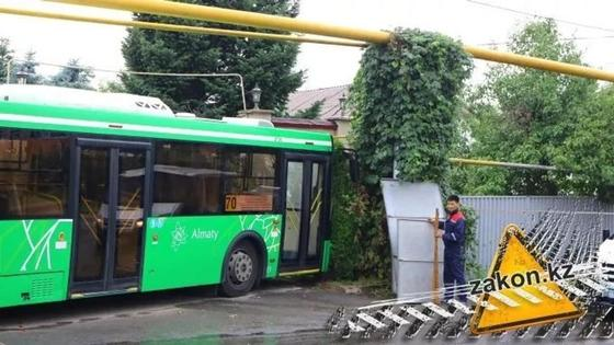 Автобус без водителя снес забор частного дома в Алматы