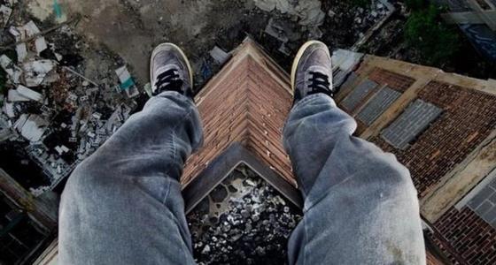 Парень хотел спрыгнуть с многоэтажки в Кокшетау