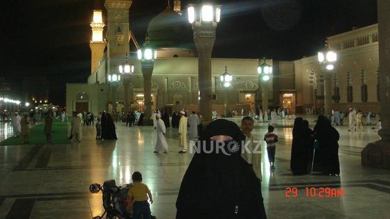По словам мужчины, его бывшая жена обычно ходит в черных мусульманских одеяниях