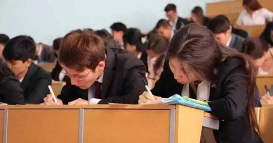 Школьница пожаловалась, что дежурная по ЕНТ не дала подглядывать в шпаргалки