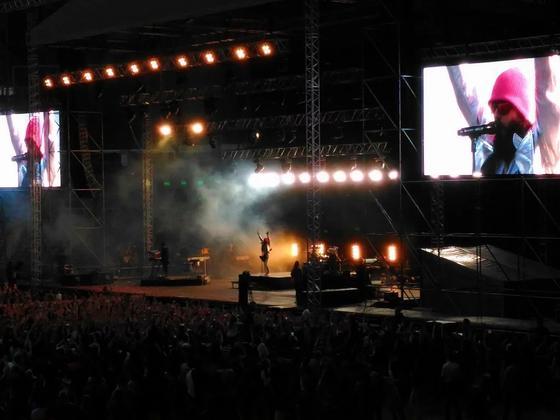 Казахстанцы страстно целовались, ожидая концерт 30 Seconds to Mars (фото, видео)