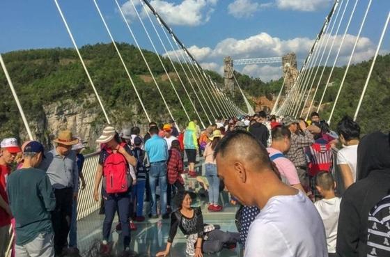 Самый длинный в мире стеклянный мост разочаровал журналиста (фото)