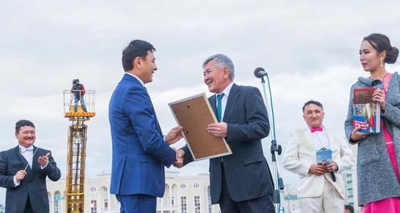 В Уральске 1700 музыкантов одновременно сыграли кюи Курмангазы на площади первого президента
