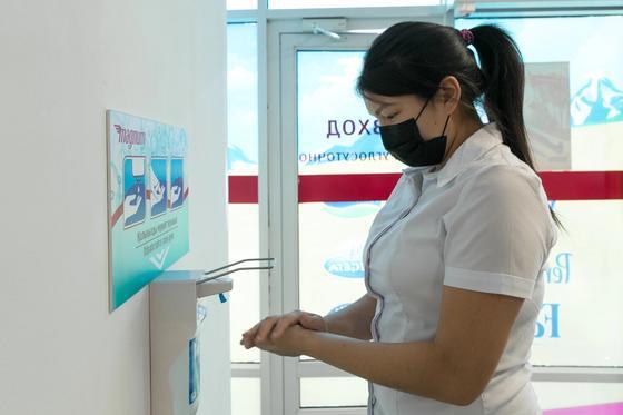 «Безопасные покупки»: В Magnum установили санитайзеры и раздают маски покупателям