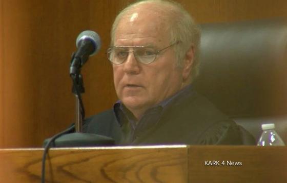 Судья принуждал заключеных к эротическим фотосессиям