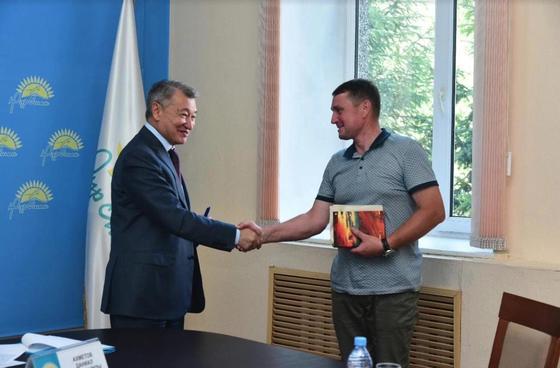 Даниал Ахметов пообещал помочь отцу 18 детей