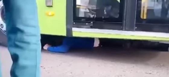 Водитель залез под автобус, чтобы не платить штраф