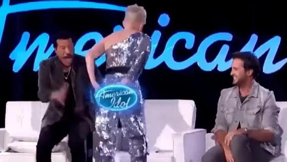 Кэти Перри случайно порвала штаны и показала обнаженную попу зрителям (видео)
