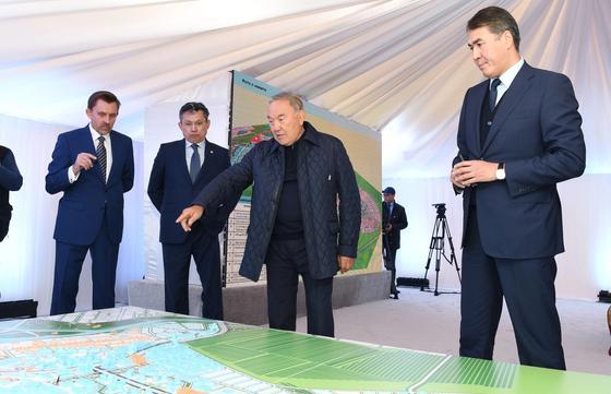 Назарбаеву показали план застройки Астаны (фото)