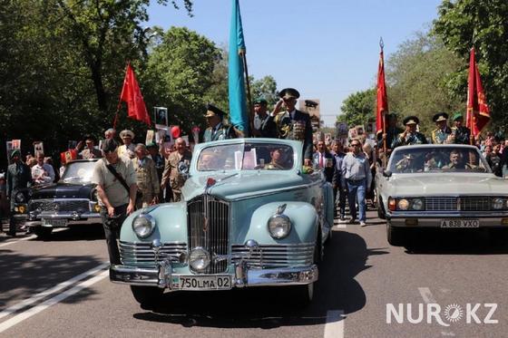 """""""Это наша сила"""": 120 тыс. человек пришли на """"Бессмертный полк"""" в Алматы (фото)"""