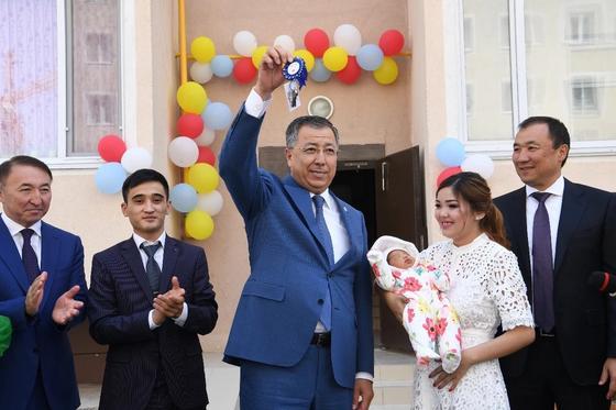 Аким ЮКО вручил миллионному жителю Шымкента ключи от квартиры