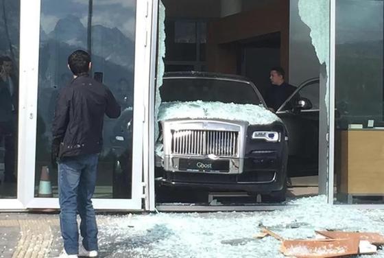 Неизвестный пытался угнать Rolls Royce из салона в Алматы (фото)