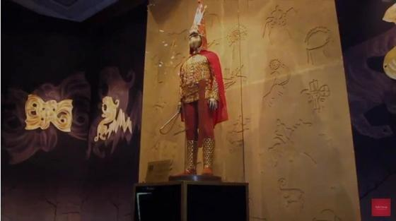 """Главный экспанат выставки """"Золотой человек"""". Скриншот видео «Royal Catering»"""